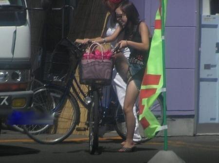 ミニスカで自転車にのってパンチラしている素人エロ画像24