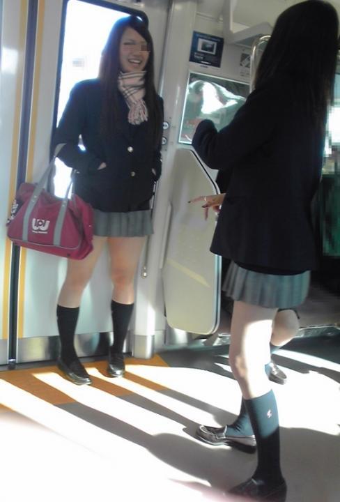 女子校生の太もも電車内盗撮素人エロ画像12