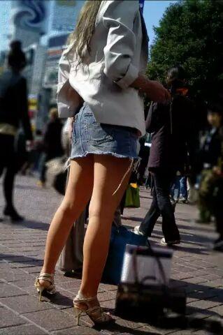 ミニスカ美脚の街撮り素人エロ画像16