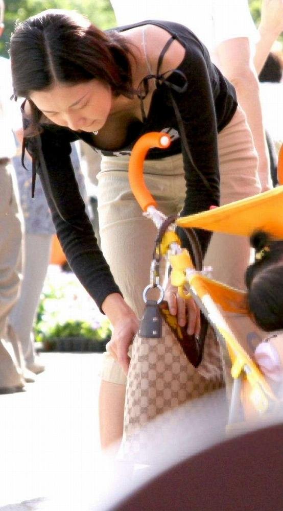 無防備にも程がある子連れ若ママの街撮り盗撮エロ画像23