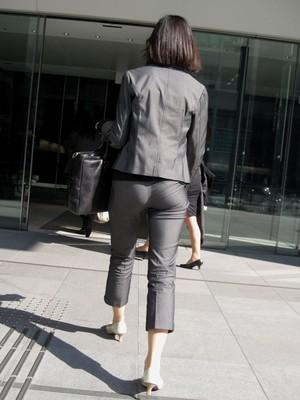 OLさんのパンツスーツのパン線くっきりお尻を街撮りした素人エロ画像22