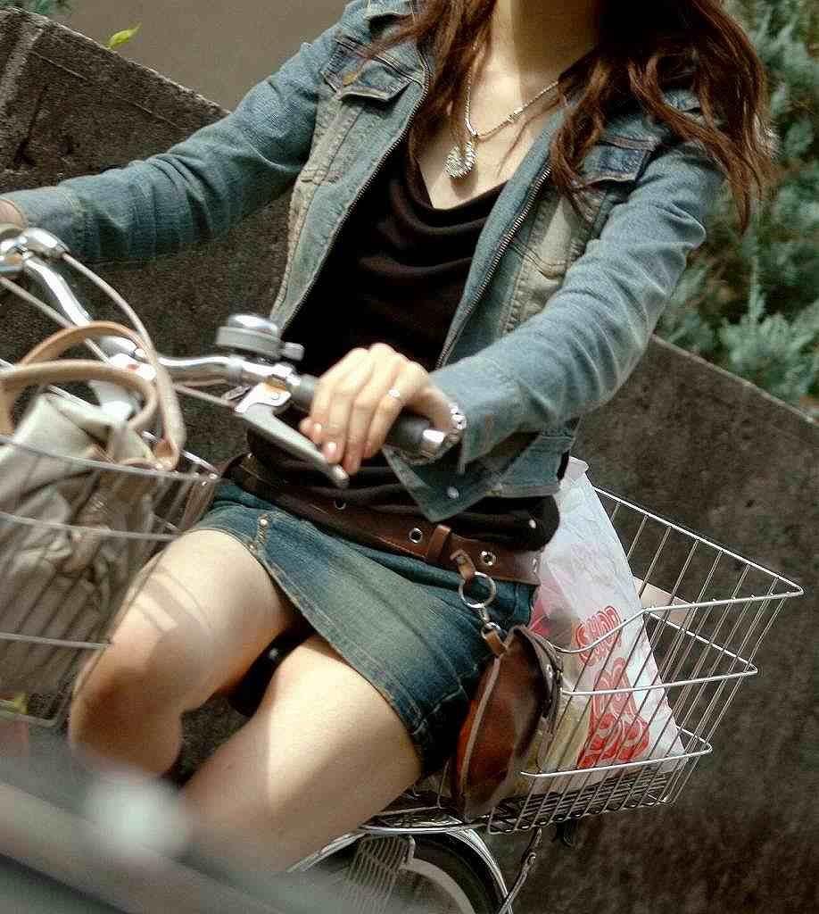 ミニスカ自転車パンチラギャルの街撮り素人エロ画像10