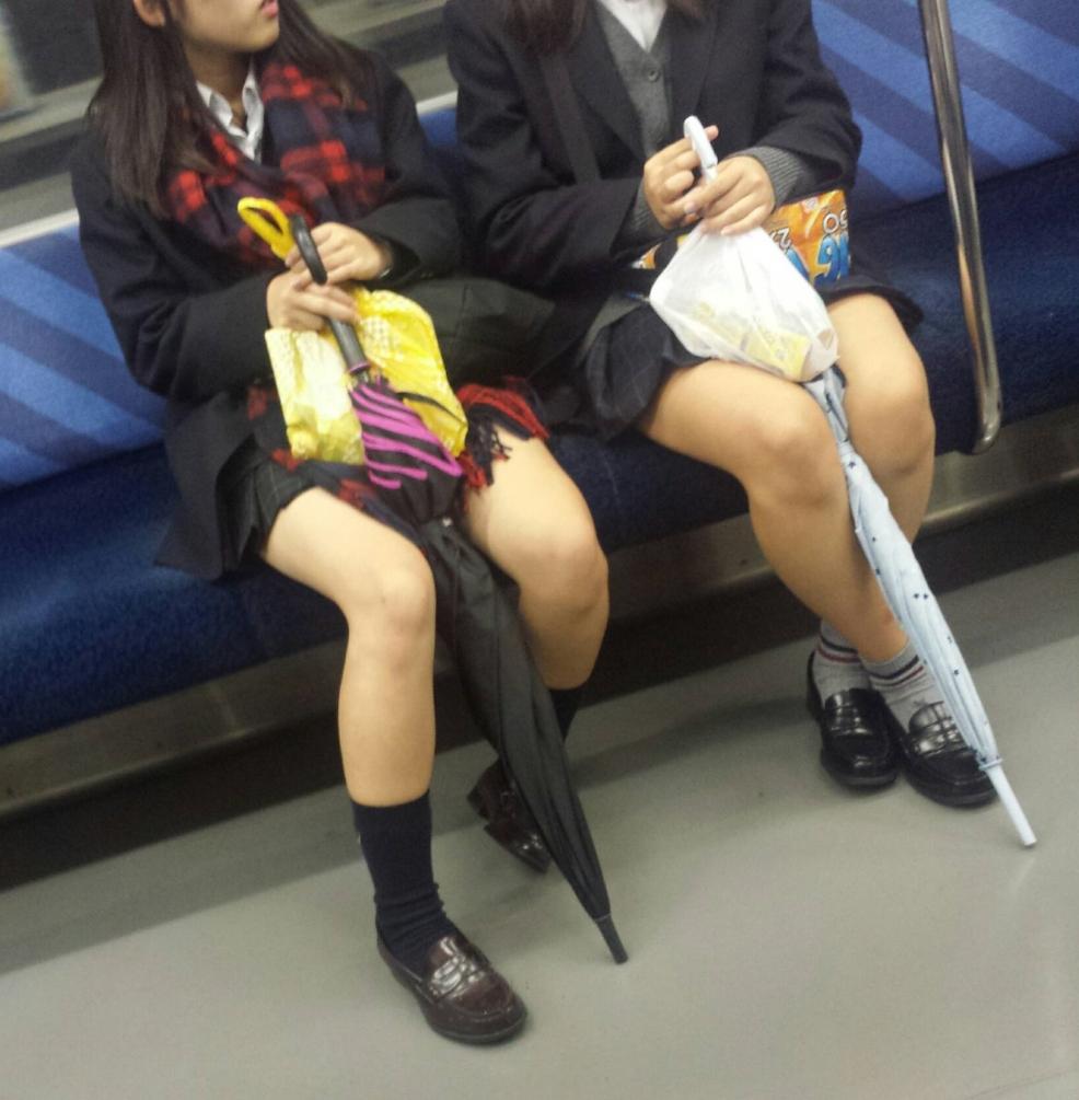 JK太もも電車内盗撮素人エロ画像12