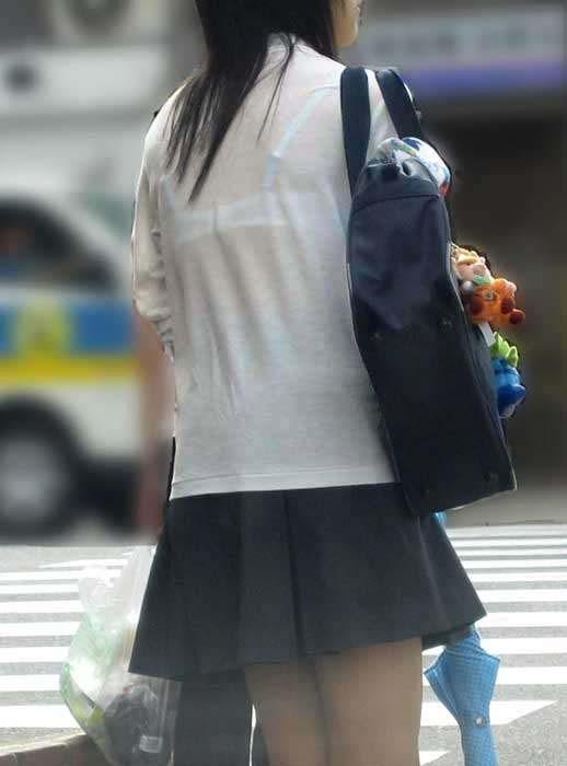 制服の夏服がポロシャツの女子校生街撮りエロ画像9