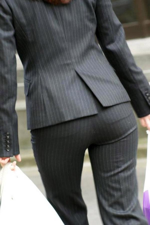 OLさんのパンツスーツのパン線くっきりお尻を街撮りした素人エロ画像23