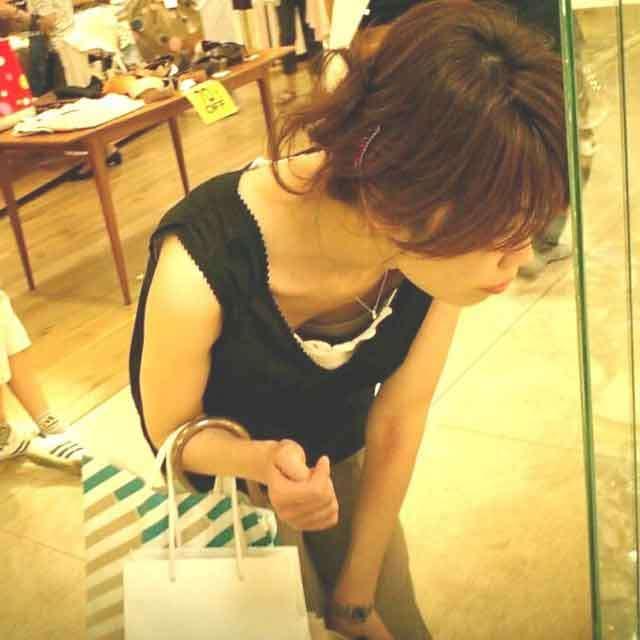 買い物中の女性の胸チラおっぱいエロ画像17