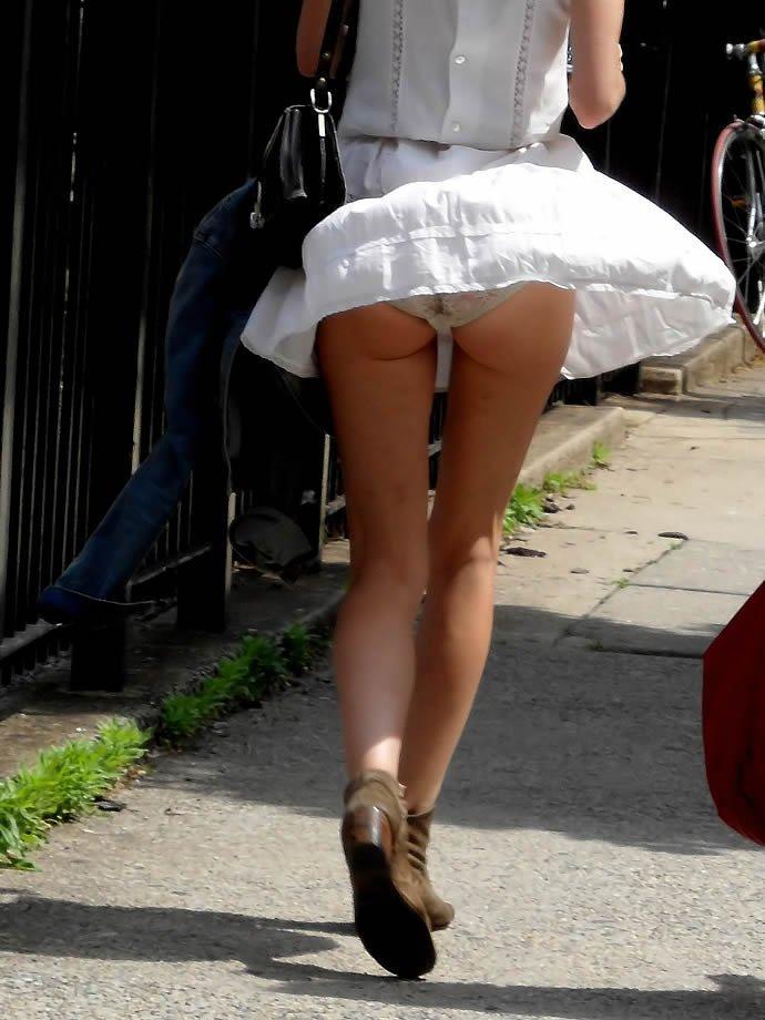 ラッキースケベに遭遇したパンチラ街撮りの素人エロ画像15