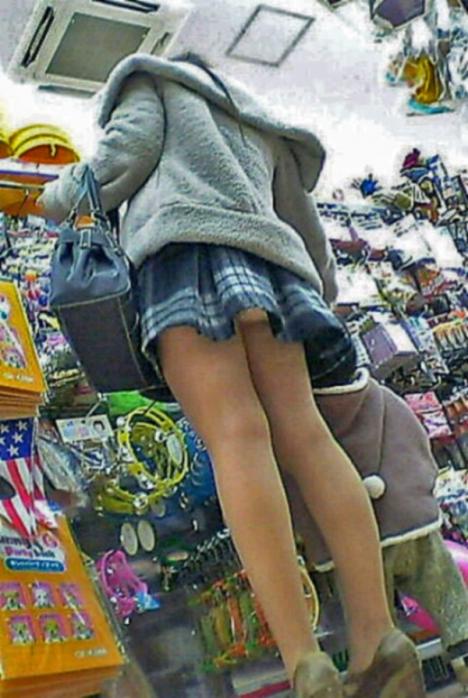 買い物中の女性の店内盗撮素人エロ画像19