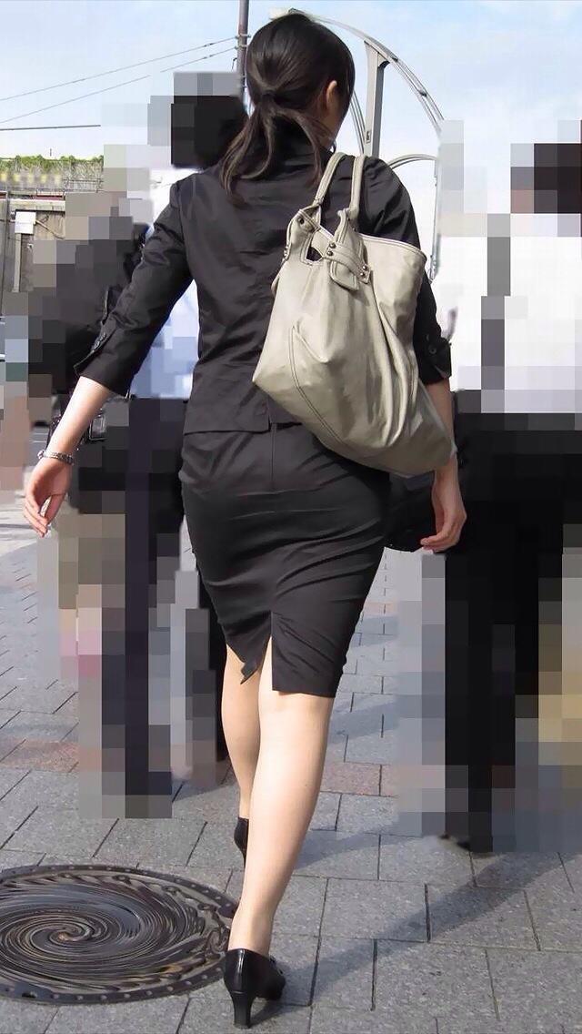 タイトスカートを履いた女性を盗撮した素人エロ画像17