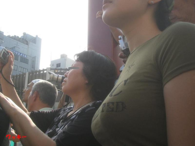 街撮り着衣巨乳おっぱいの素人エロ画像2