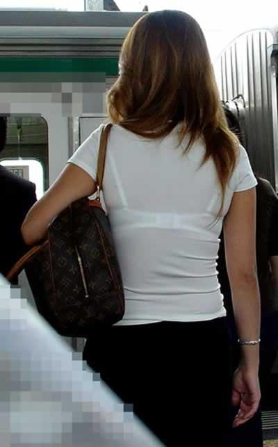 白Tシャツの透けブラ背中のエロ画像032
