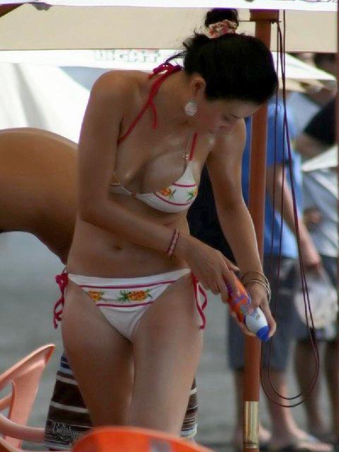 ビキニギャルのビーチ盗撮素人エロ画像8
