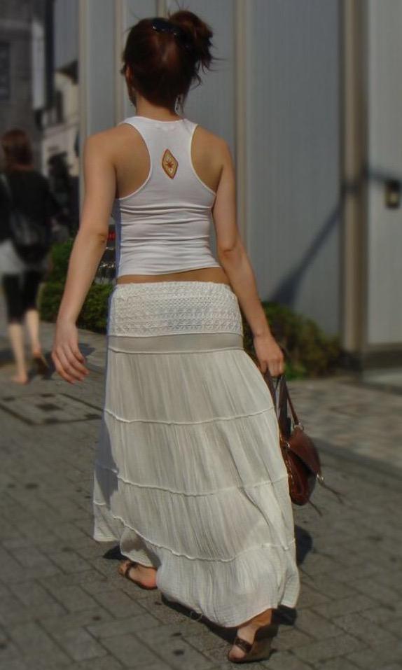 透けパンしているスカートお尻の街撮り素人エロ画像09