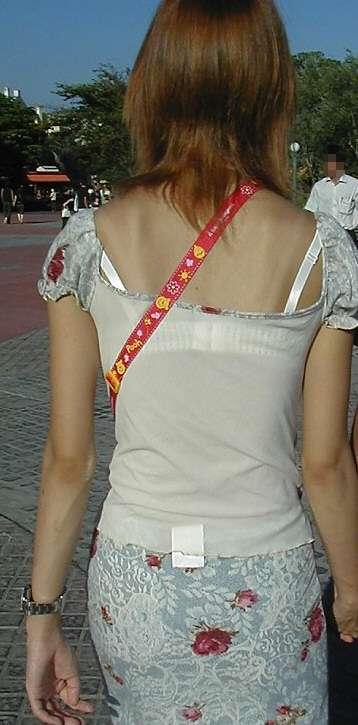 ムラムラが治まらない透けブラの背中盗撮エロ画像9