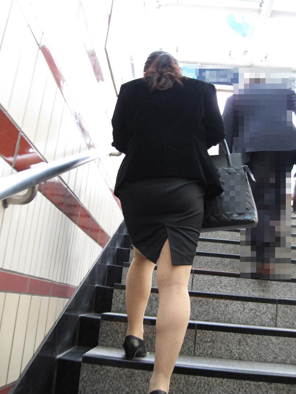 階段やエスカレーターで取ったタイトスカートのお尻街撮り素人エロ画像5