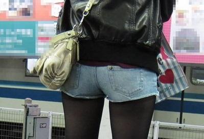 シショートパンツ黒ストギャルのお尻街撮り素人エロ画像01
