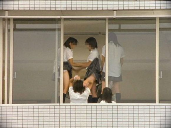 JKの学校内盗撮パンチラ素人エロ画像31