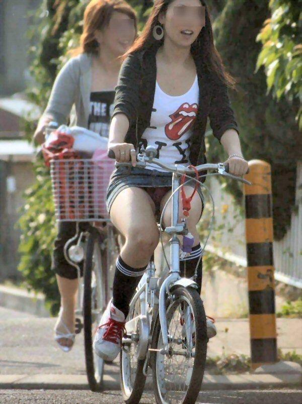 ミニスカで自転車にのってパンチラしている素人エロ画像16