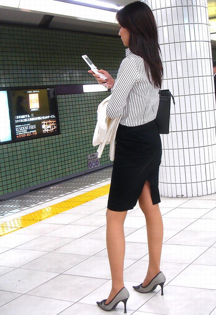 OL・働くお姉さんのタイトスカートにねじ込まれたパン線くっきいりお尻の街撮りエロ画像002