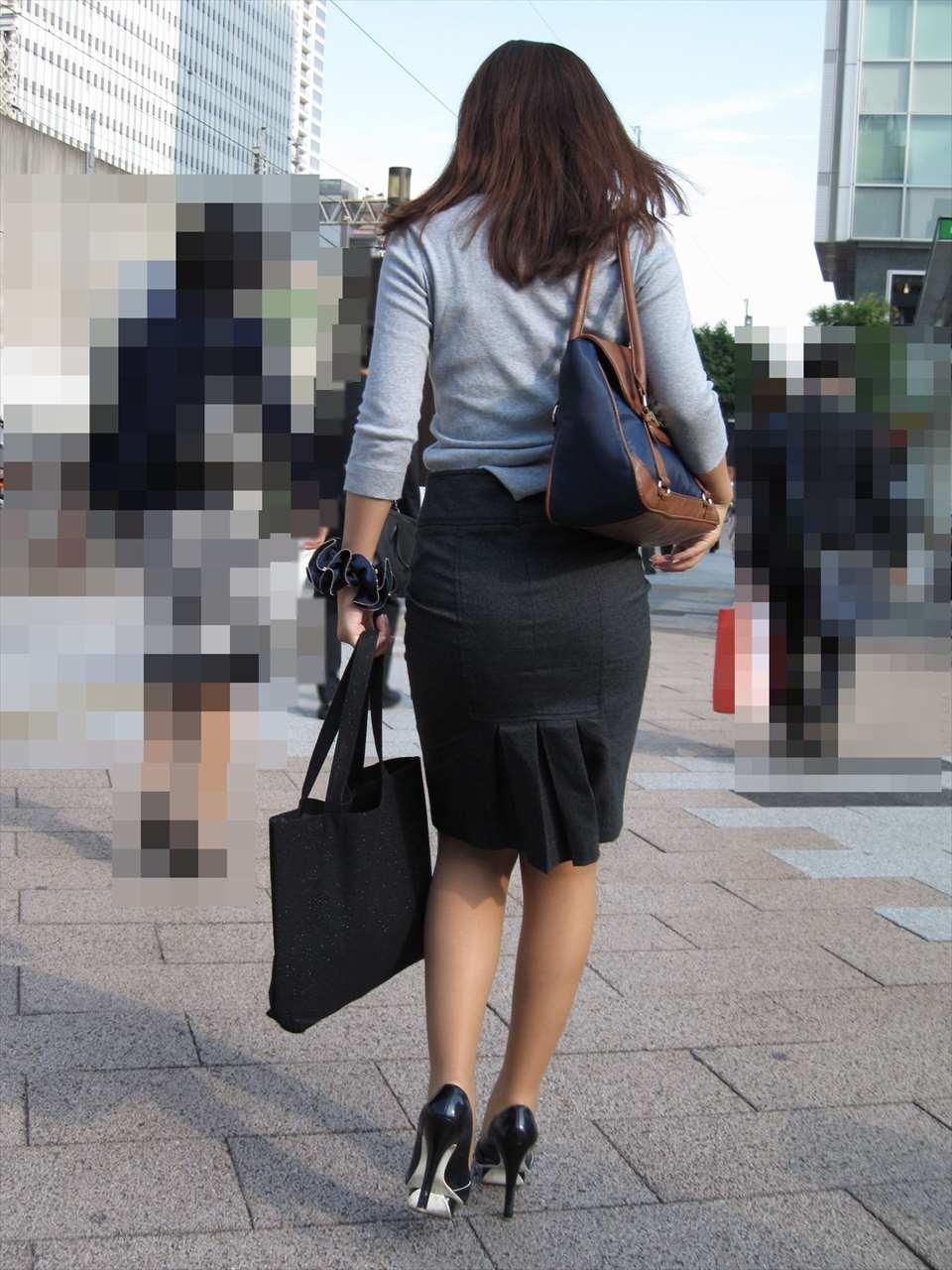 タイトスカートお尻の街撮り素人エロ画像15