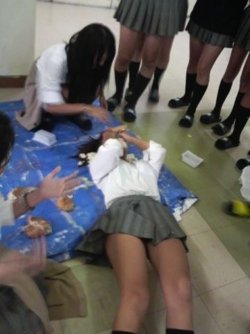 女子校生のおふざけ校内撮りエロ画像7