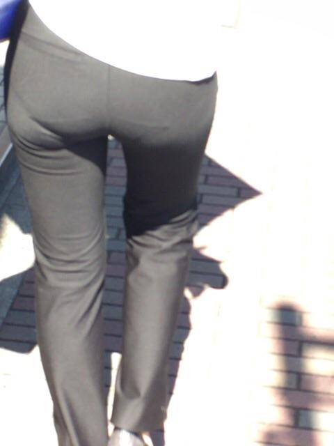 パンツスーツのお尻街撮り素人エロ画像9