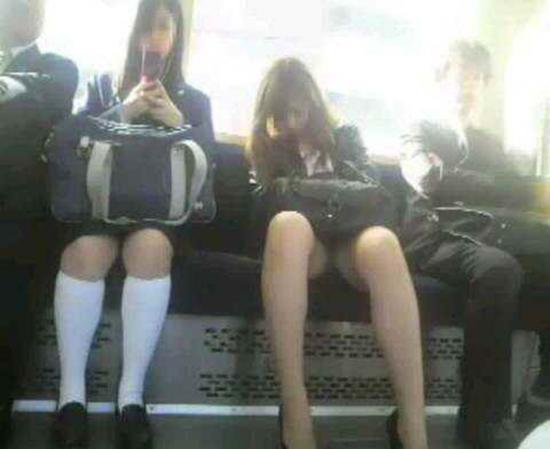 電車で居眠りしてる女性のパンチラ盗撮素人エロ画像11