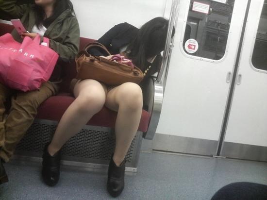 電車で居眠りしてる女性のパンチラ盗撮素人エロ画像10