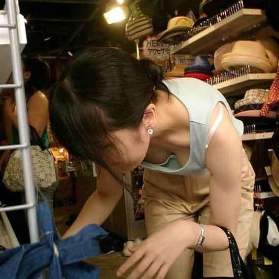 買い物中の女性の胸チラおっぱいエロ画像21