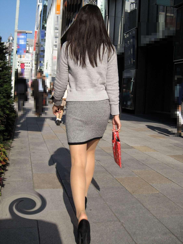 タイトミニスカ女子のお尻と太もも街撮りエロ画像4