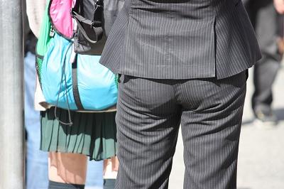 パンツスーツのお尻街撮り素人エロ画像7