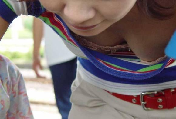 胸チラ街撮り素人エロ画像10