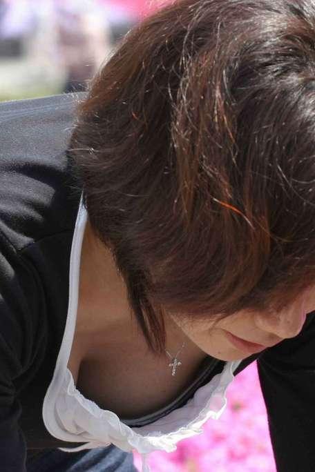 胸チラおっぱいがエッチな女性の素人エロ画像-029