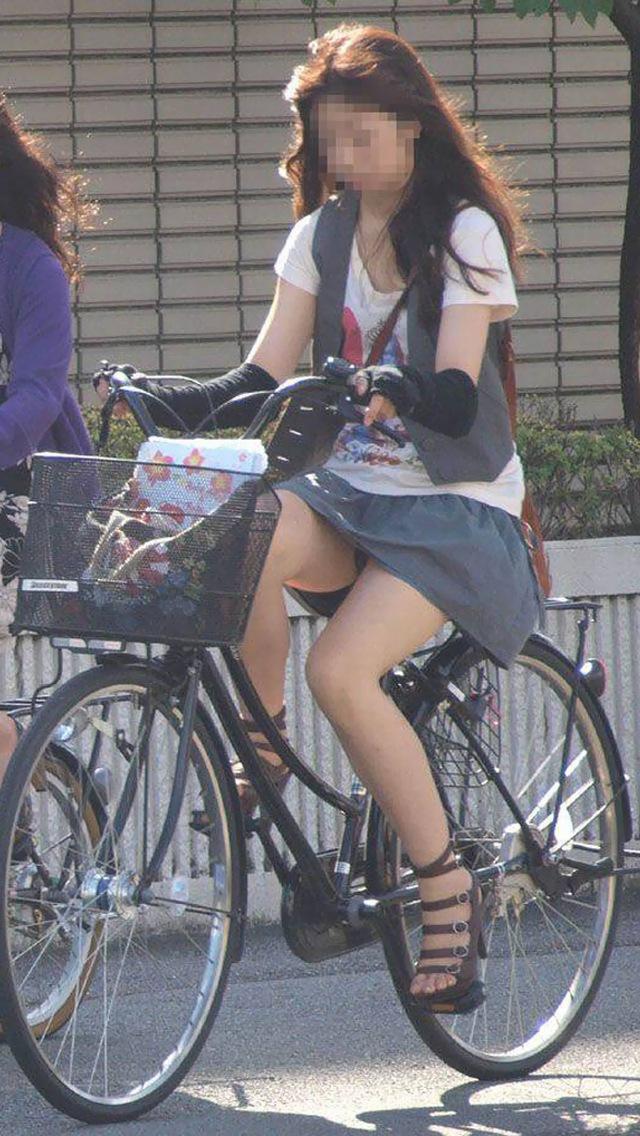 ミニスカ自転車ギャルのパンチラ街撮り素人エロ画像14