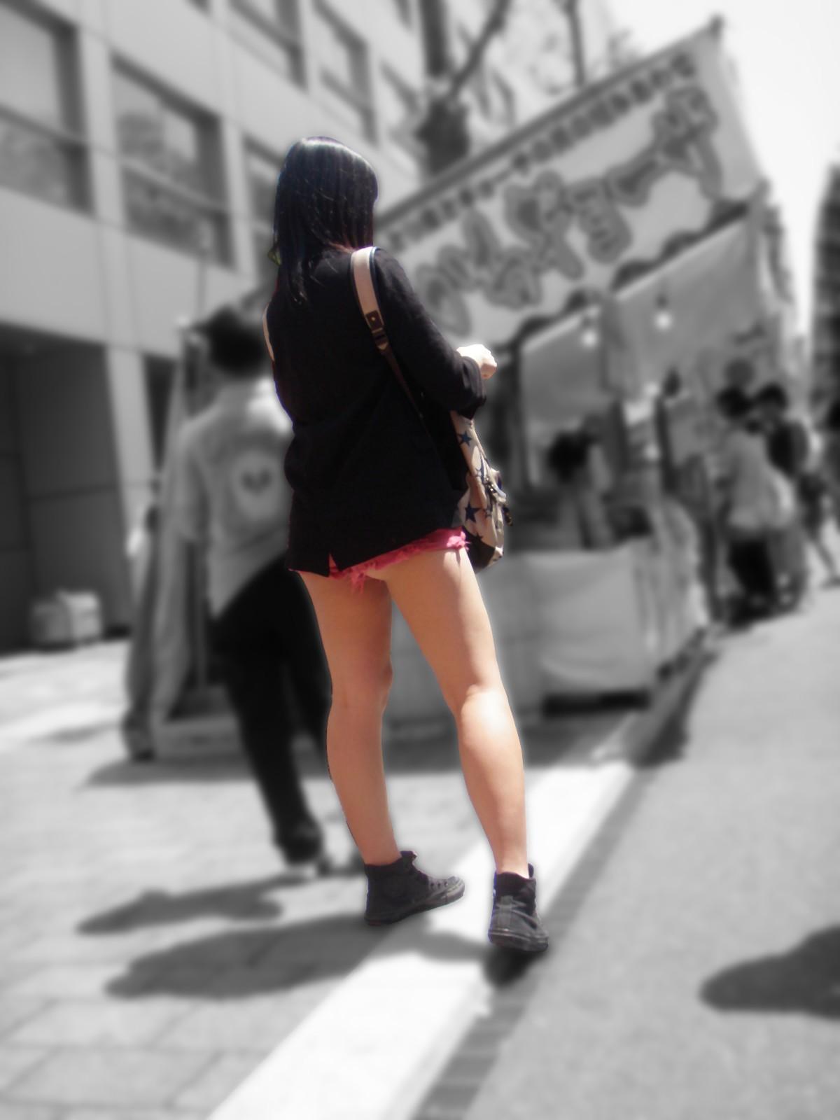 ショートパンツギャルの街撮り素人エロ画像10