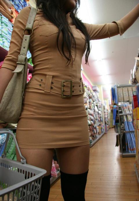 透けパン・透けブラにボディラインがエロいタイトなミニスカワンピの街撮り画像024