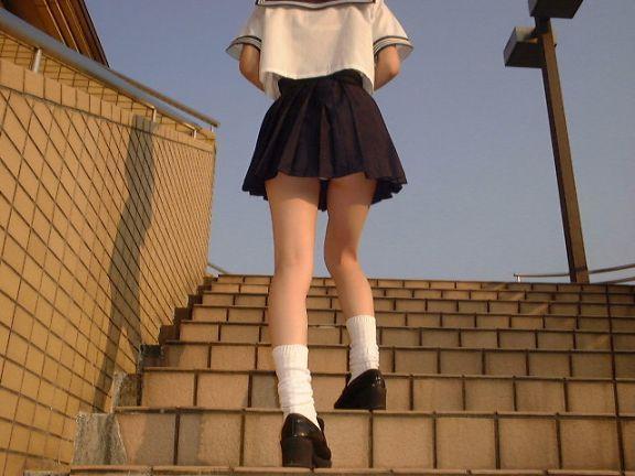 制服女子校生のローアングルパンチラ街撮り素人JKエロ画像07