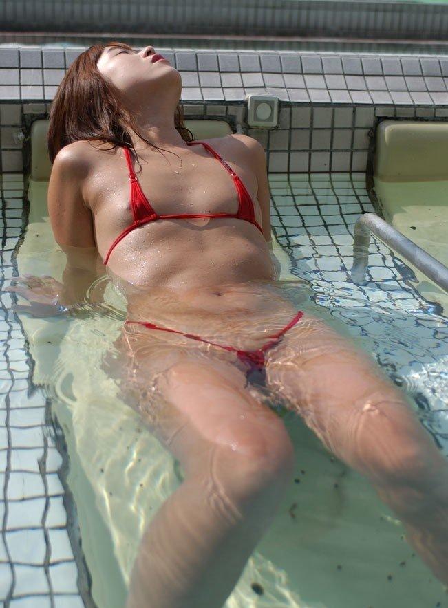 マイクロビキニで海やプールに行っちゃう素人エロ画像2