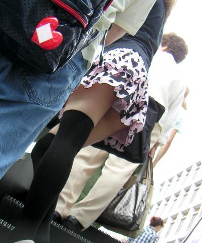 ちょっと上見ただけで見えたエスカレーターのミニスカパンチラとお尻の素人エロ画像13