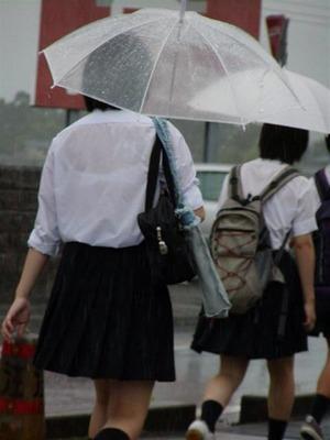 水に濡れて透けてる女子校生のエロ画像7