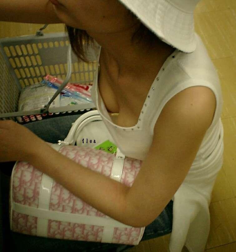 買い物中の女性の胸チラおっぱいエロ画像15