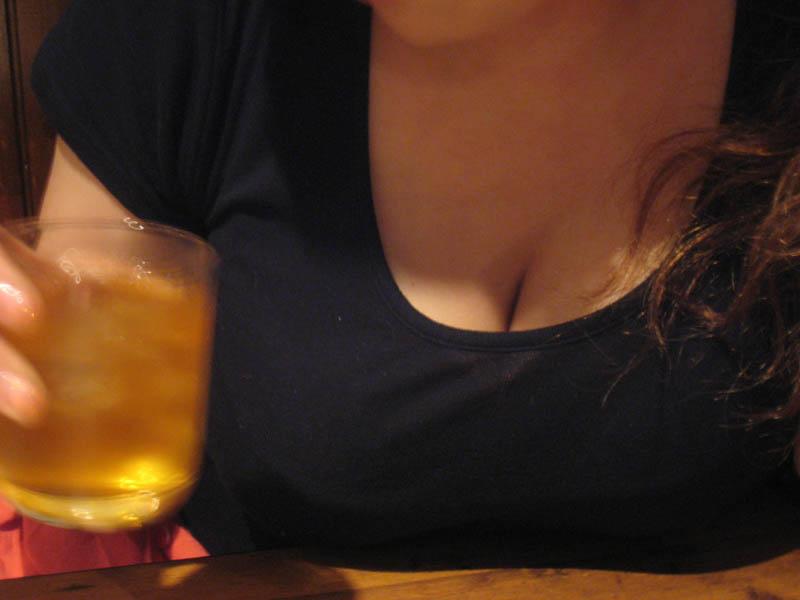 テーブルの上で休憩しているおっぱいの素人エロ画像02