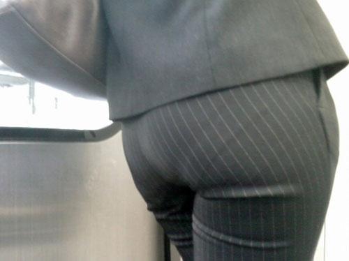 パンツスーツのお尻街撮り素人OLエロ画像2
