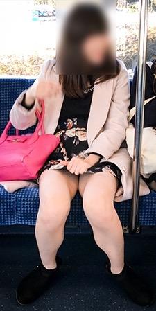 電車内パンチラ盗撮素人エロ画像12