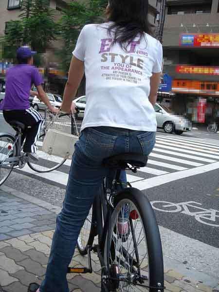 自転車のサドルに乗ってるお尻を街撮りした素人エロ画像12