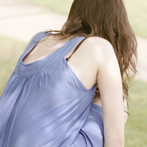 ブラ紐やホックが見えてる女性のブラジャーをとった街撮りエロ画像034