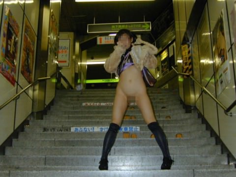駅のホームや構内で野外露出をする素人エロ画像14