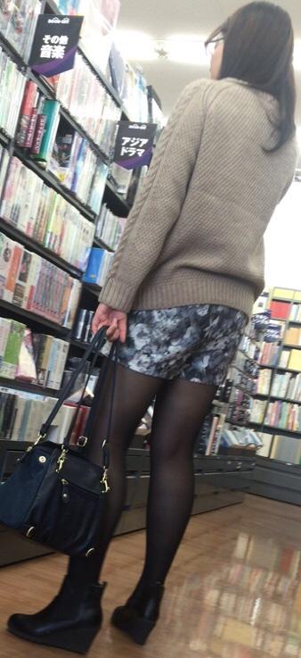 買い物中の女性の店内盗撮素人エロ画像11