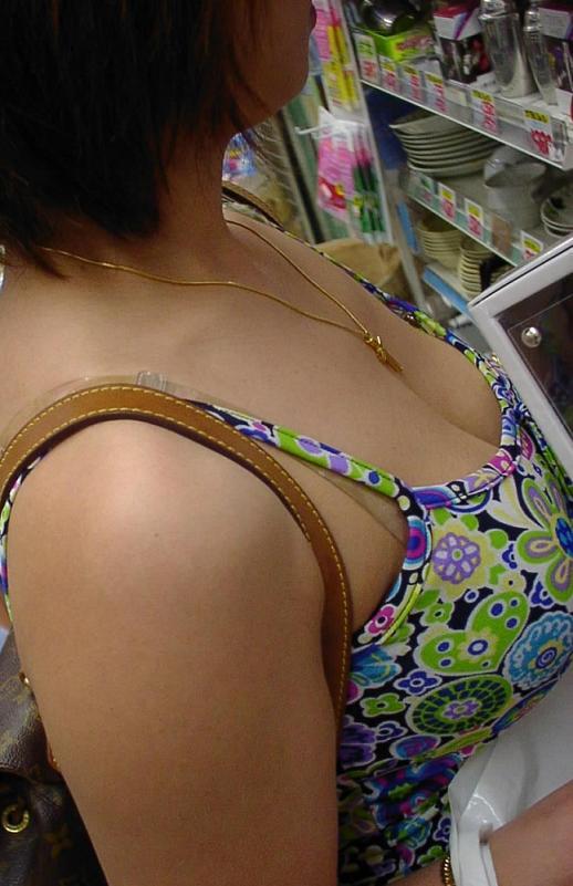 ドンキホーテで盗撮したパンチラ・太もも素人エロ画像28