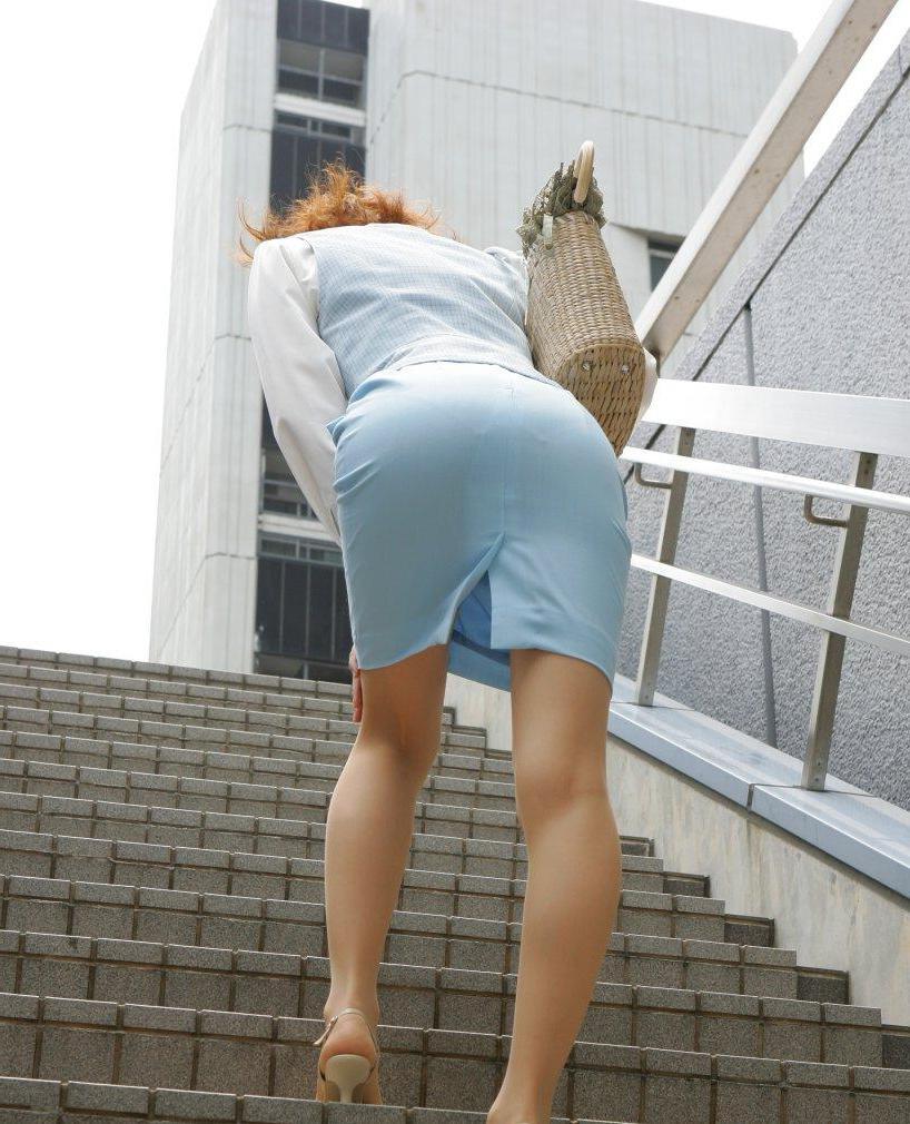 OL・働くお姉さんのタイトスカートにねじ込まれたパン線くっきいりお尻の街撮りエロ画像017